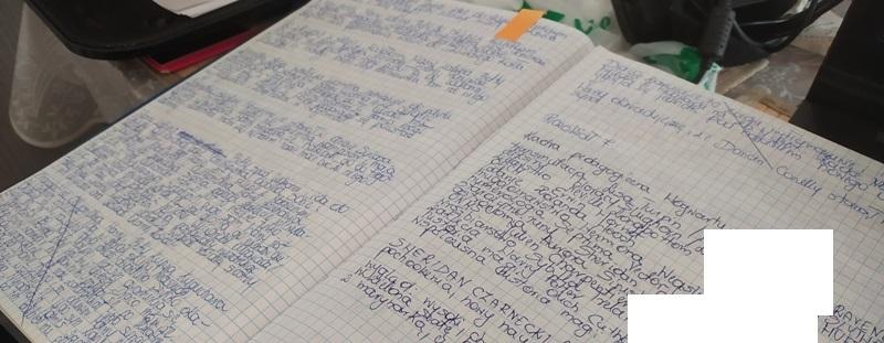 Przykładowe strony zeszytu z notatkami na temat fabuły trylogii
