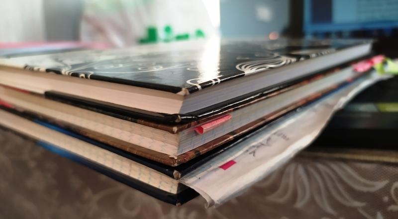 Grubość zeszytów zawierających notatki na temat fabuły trylogii